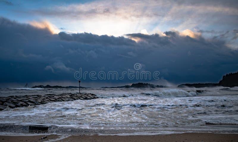 Tempête d'hiver entrant au-dessus de Sjøsanden dans Mandal, Norvège photos libres de droits