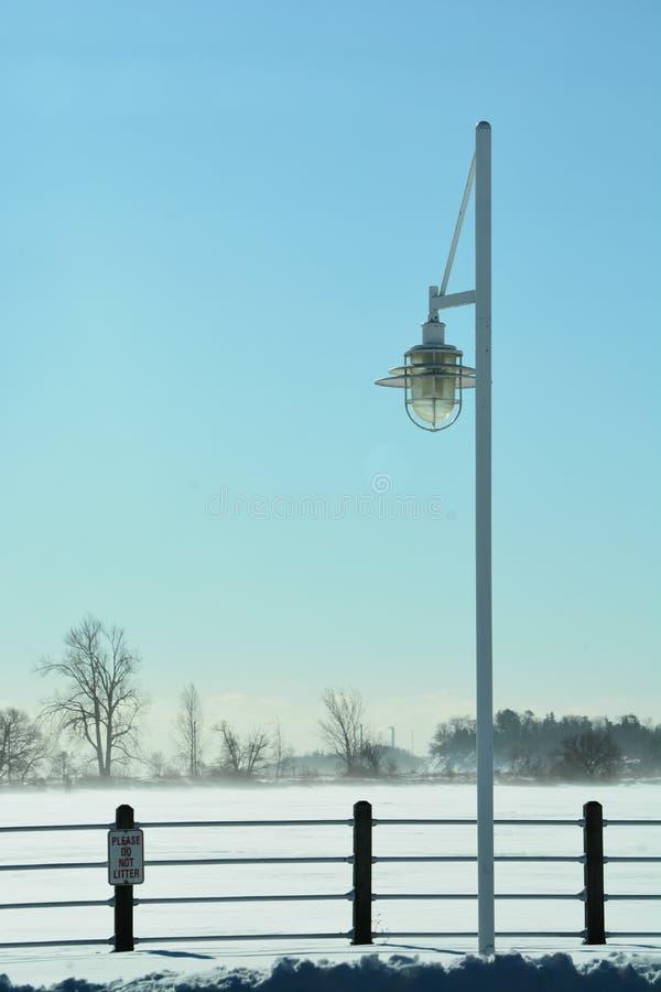 Temp?te d'hiver, lampe sur un pont photo libre de droits