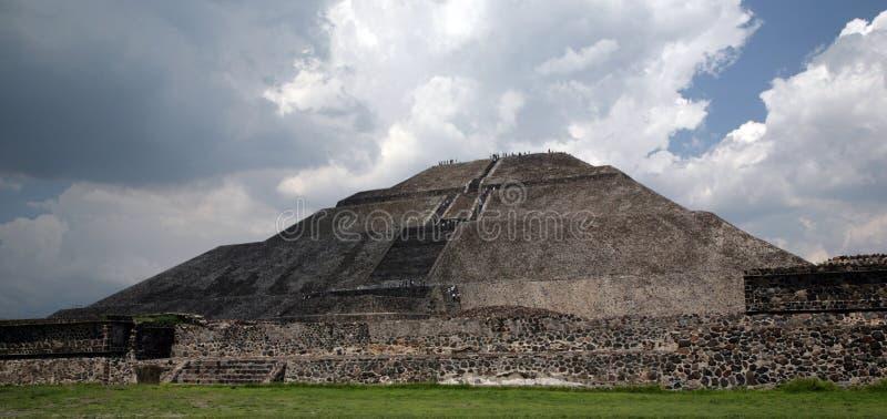 Tempête de approche de la pyramide W photo stock