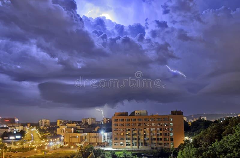 Tempête de foudre au-dessus de la ville images libres de droits