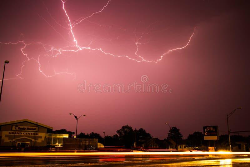 Tempête de foudre au-dessus de marché d'Apple dans Kearney, Nébraska photographie stock