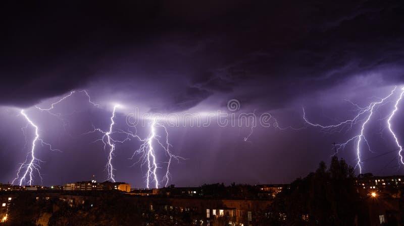 Tempête de foudre au-dessus de ville images stock