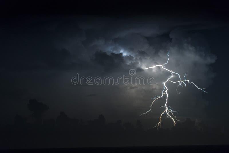 Tempête de foudre au-dessus de l'Océan atlantique photos stock