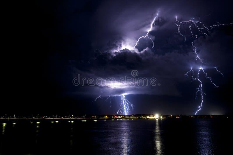 Tempête de foudre au-dessus de la baie à la ville le Maryland d'océan photo libre de droits