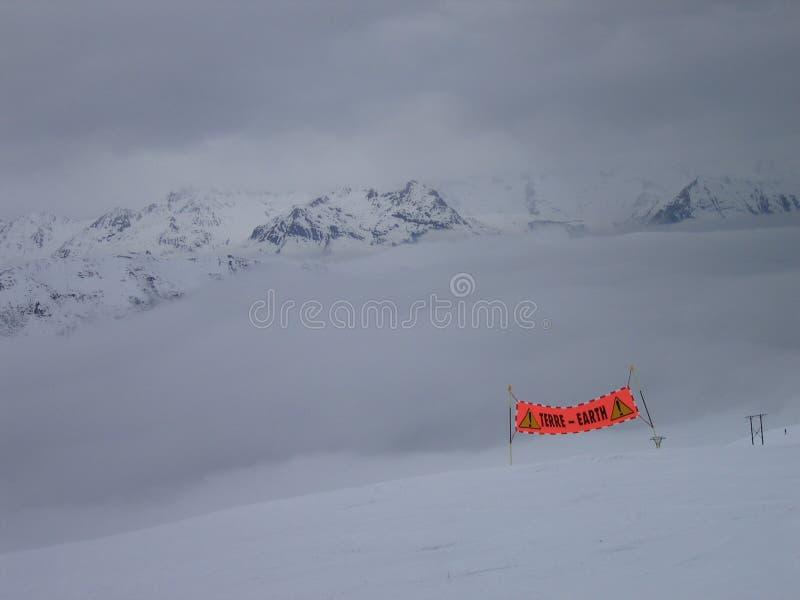 Tempête de montagne sur terre photographie stock