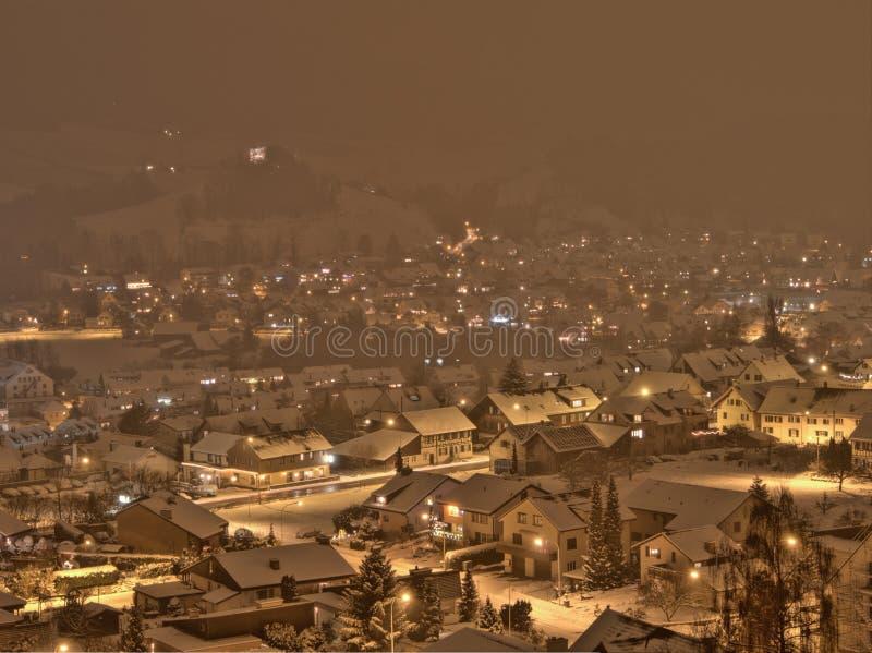 Tempête de neige dans un petit village en Suisse images libres de droits