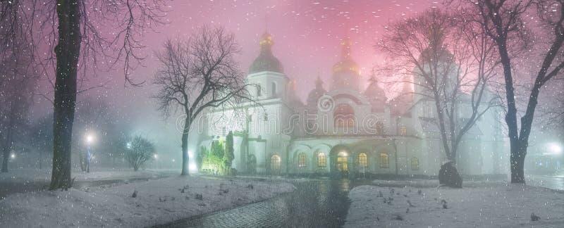 Tempête de neige et Kiev enveloppé par pluie photo stock