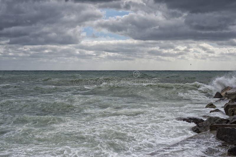 Download Tempête De Tempête De Mer Sur Les Roches Photo stock - Image du jour, normal: 45367126