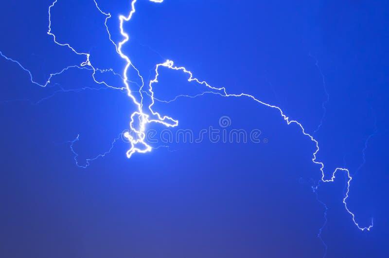 Tempête de temps d'orage de nuit de ciel de l'électricité de foudre images stock