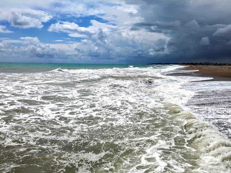 Tempête entrante sur la plage images libres de droits