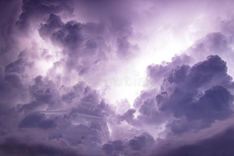 Tempête foncée de ciel et de nuage photo stock