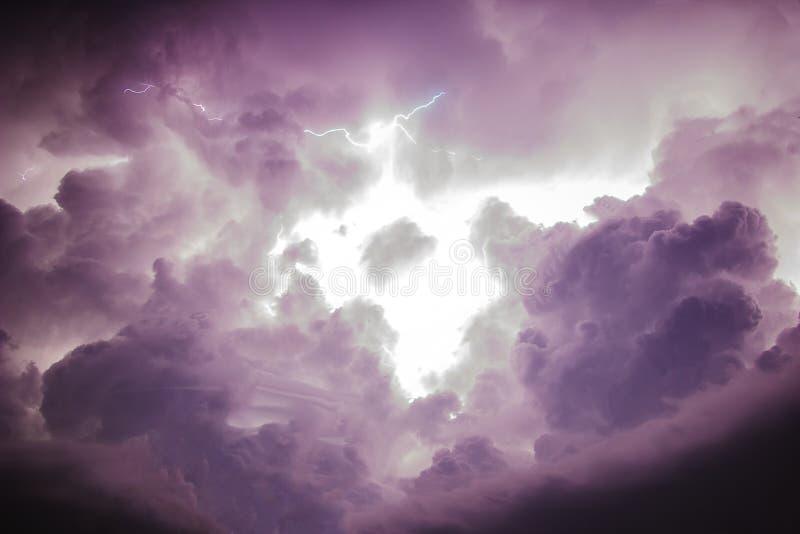 Tempête foncée de ciel et de nuage avec la foudre photo stock