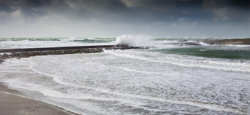 Tempête furieuse dans la marée haute avec un grands barrage et taupe avec la voie photo stock
