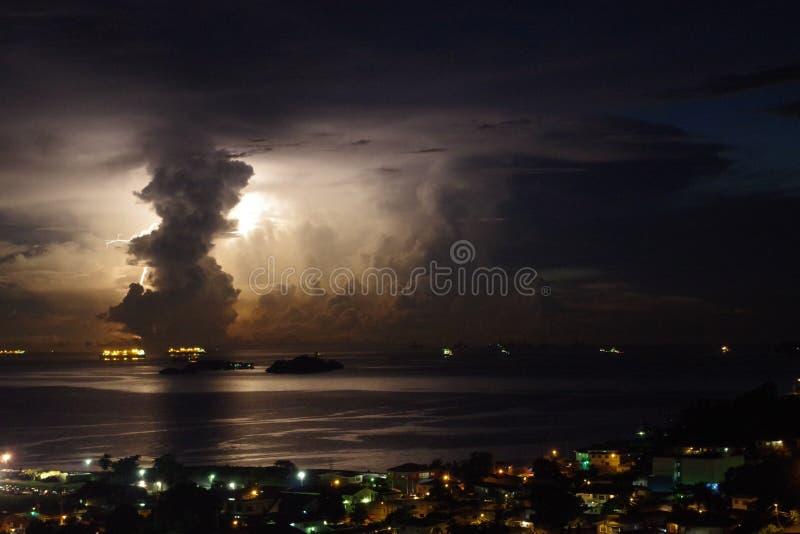 Tempête impressionnante avec l'allégement énorme derrière un nuage vertical photos stock