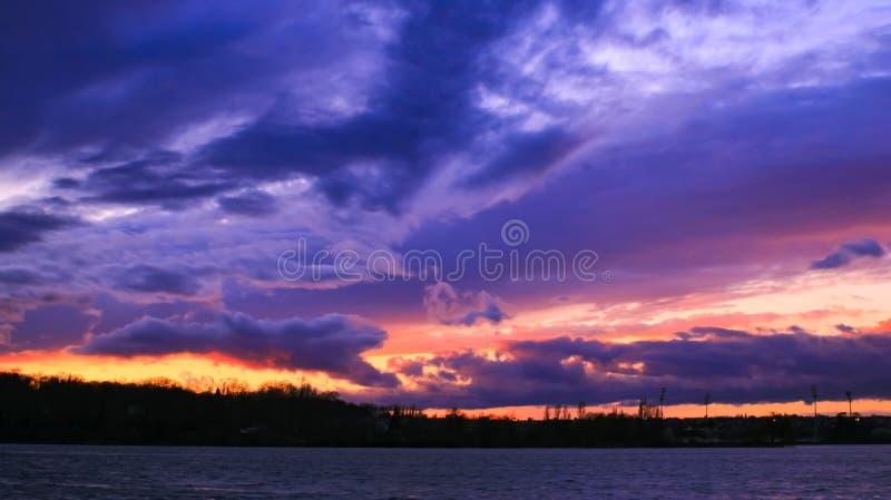 Tempête nuageuse annonçant une tempête au-dessus de la mer images stock