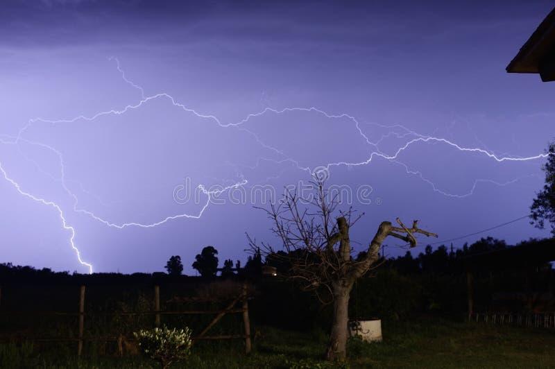 Tempête pendant la nuit photo stock
