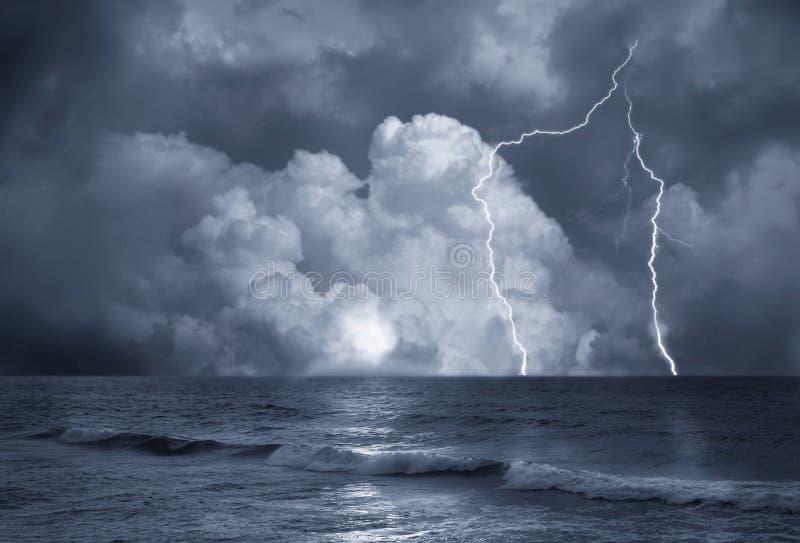 Tempête sur la mer photographie stock