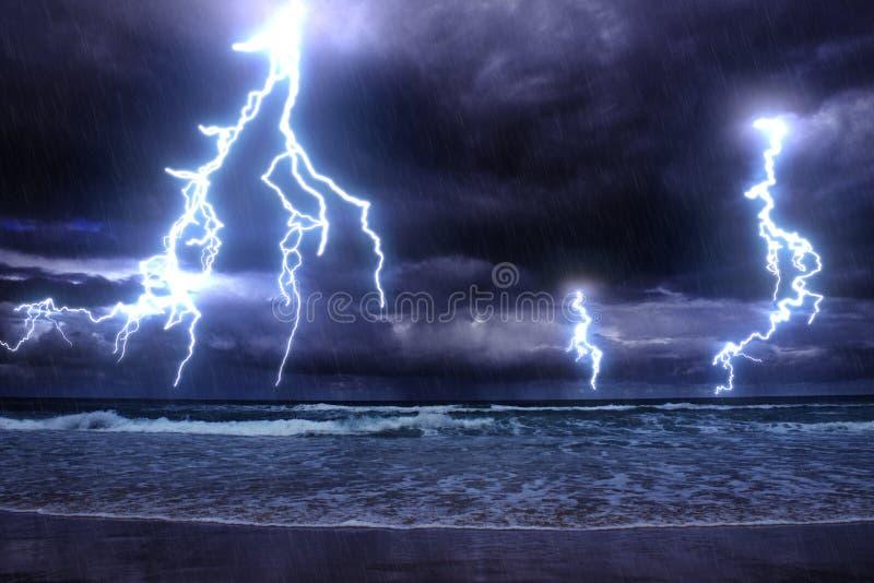 Tempête sur la mer images stock
