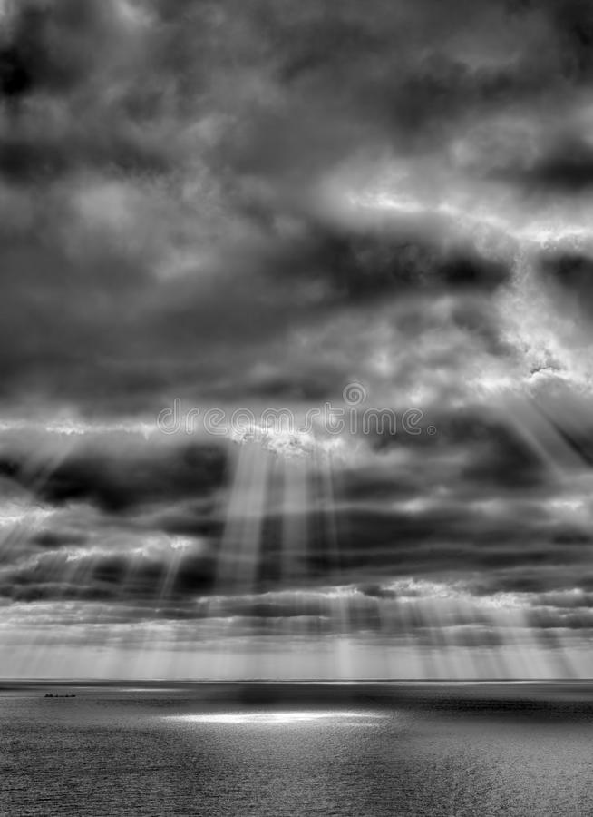 Tempête sur la mer après une pluie photo stock