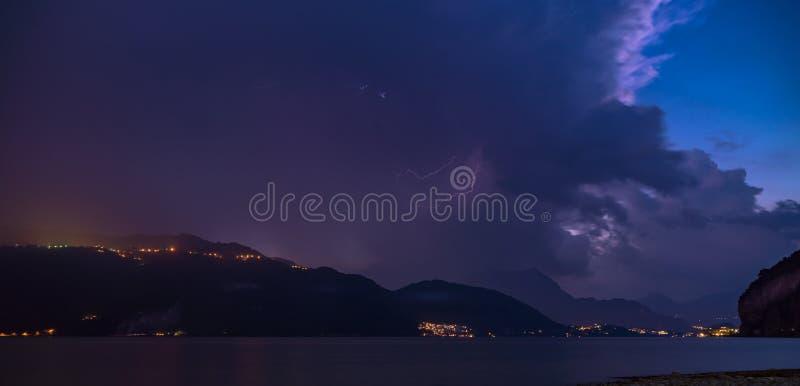 Tempête violente de foudre sur la rivière du lac photo libre de droits