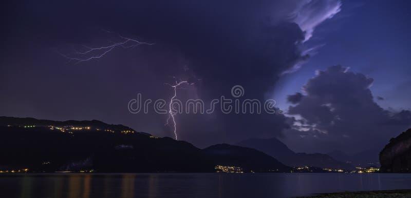 tempête violente de foudre sur la rivière du lac de como images libres de droits