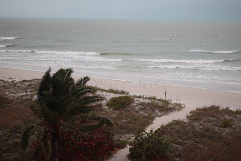 Temp?te sur la plage Les mers font rage et les cieux montrent la temp?te tropicale pendant que la puissance de la nature est d?mo photographie stock libre de droits