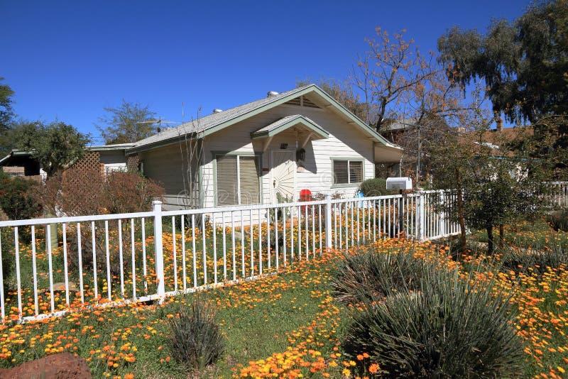 Tempe, Arizona: Hogar residencial con las flores de la primavera foto de archivo libre de regalías