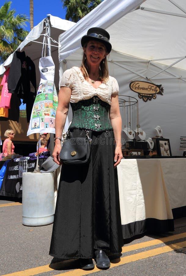 Tempe Arizona: Kvinna i den Steampunk dräkten på smyckenbåset arkivfoto