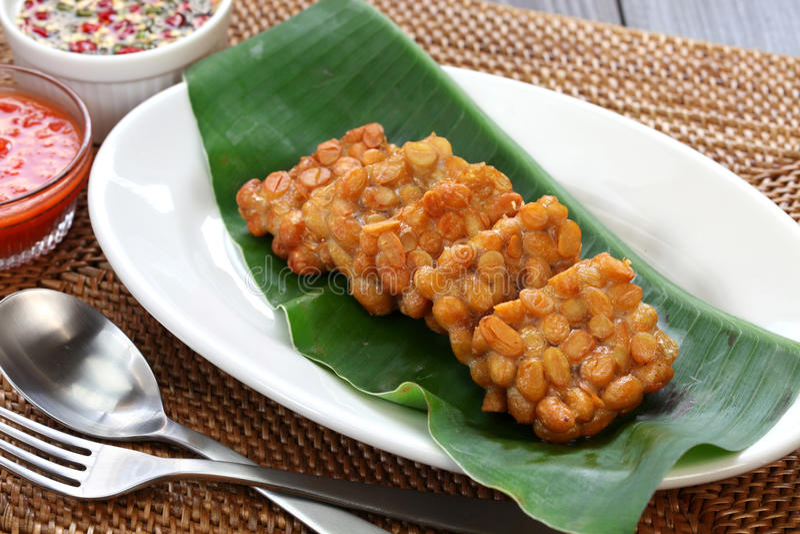 Tempe goreng, stekt tempeh, indonesisk vegetarisk mat royaltyfria foton
