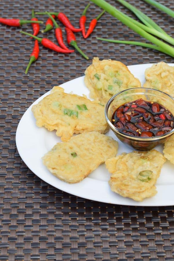 Tempe Mendoan, indonesisches Lebensmittel stockbild