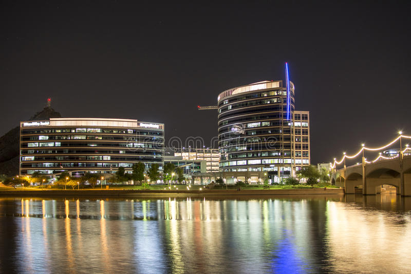Tempe Town Lake på natten arkivbild