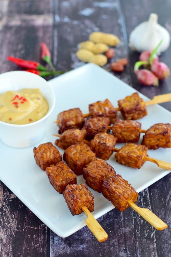 Tempeh-Aufsteckspindeln mit Erdnusssoße lizenzfreies stockfoto