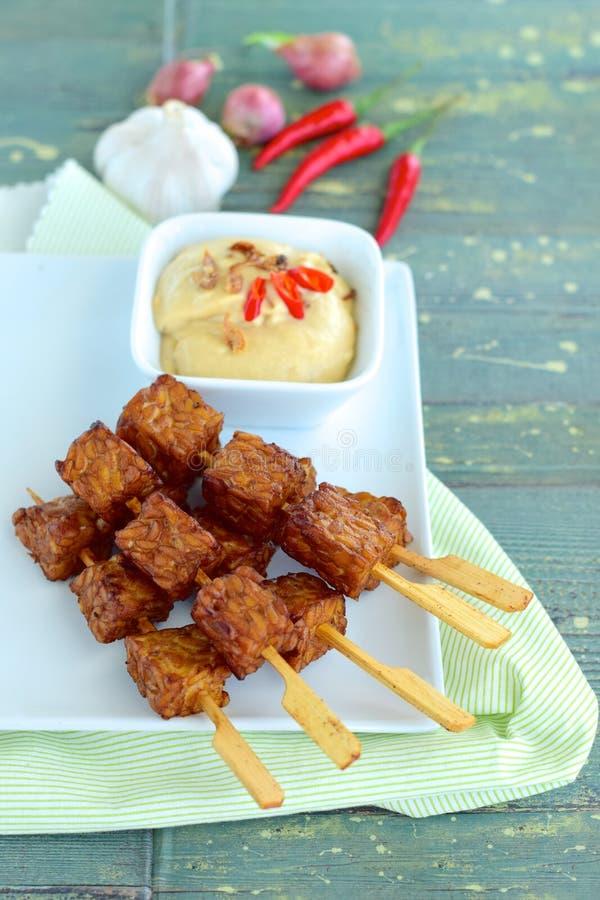Tempeh-Aufsteckspindeln mit Erdnusssoße stockfoto