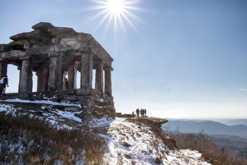 Tempel auf Donon-Berg lizenzfreie stockbilder