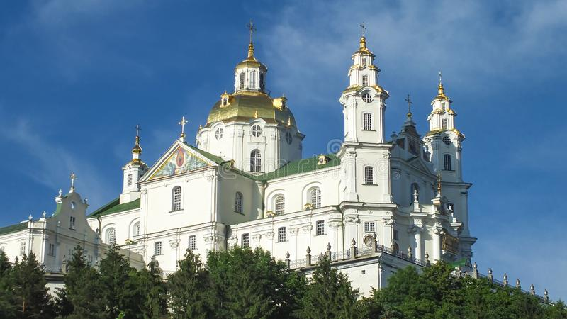Tempel auf Hügel unter blauem Himmel stockfotos