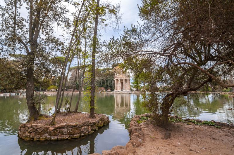Tempel av Aesculapios p? villaBorghese tr?dg?rdar i Rome royaltyfria foton