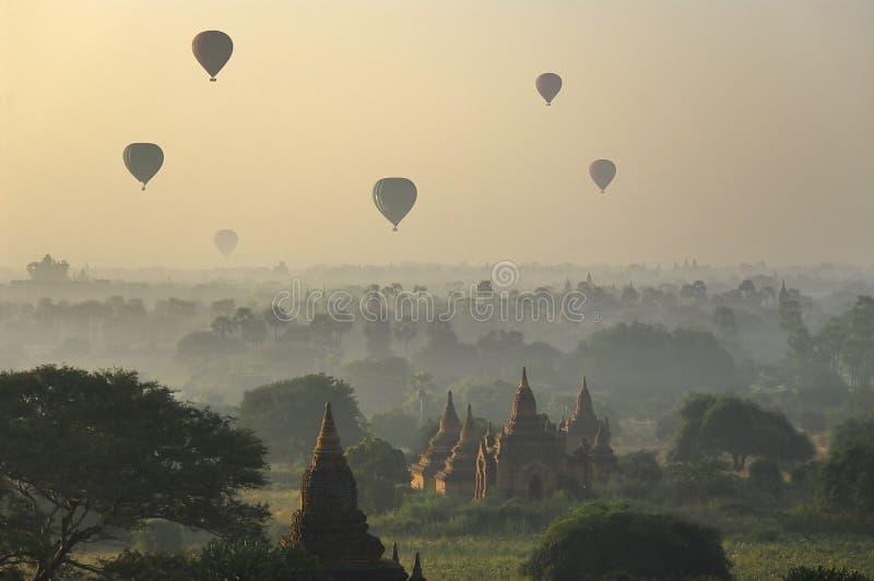 Tempel av Bagan med ballongen för varm luft. Myanmar (Burma) fotografering för bildbyråer