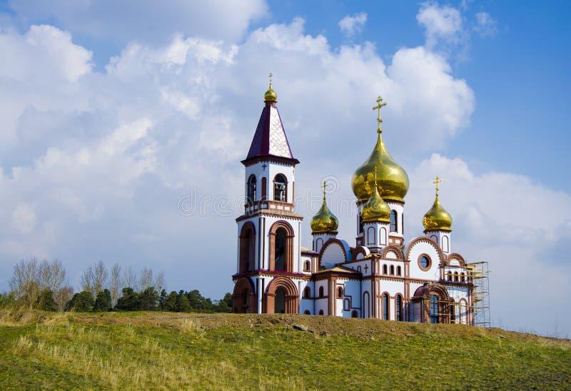 Tempel av de nya martyr och biktfadererna av ryssarna, Krasnoyarsk, Ryssland Ortodox tempel mot den bl?a himlen royaltyfri bild