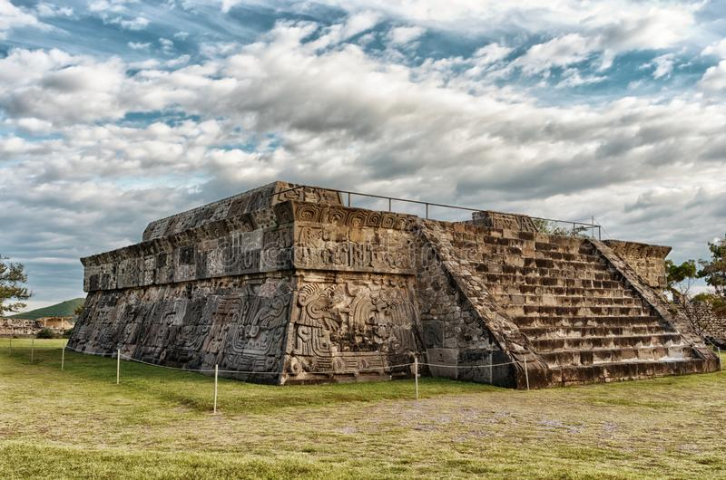 Tempel av den befjädrade ormen i Xochicalco mexico arkivbilder
