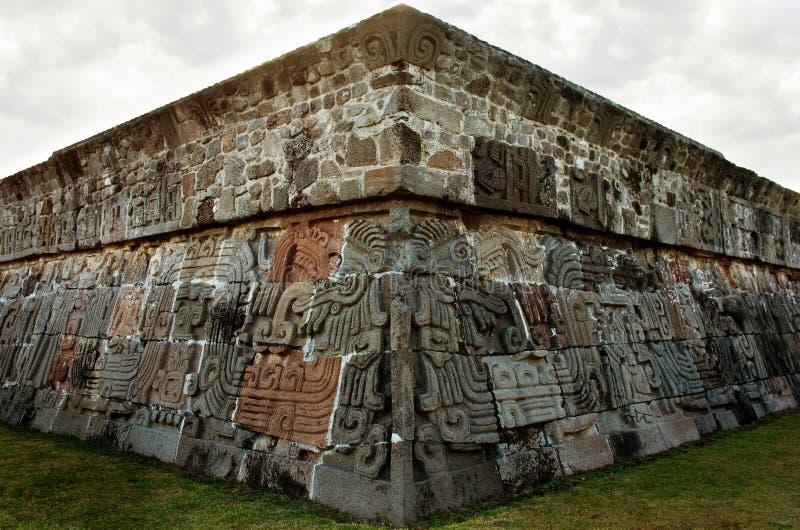 Tempel av den befjädrade ormen i Xochicalco, Mexico royaltyfria foton