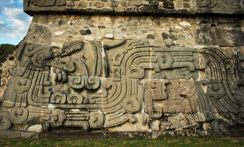 Tempel av den befjädrade ormen i Xochicalco, Mexico arkivfoton