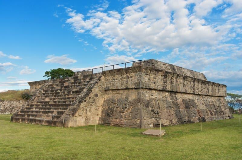 Tempel av den befjädrade ormen i Xochicalco mexico royaltyfri foto
