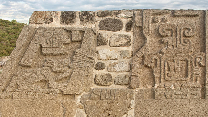 Tempel av den befjädrade ormen i Xochicalco mexico royaltyfri bild