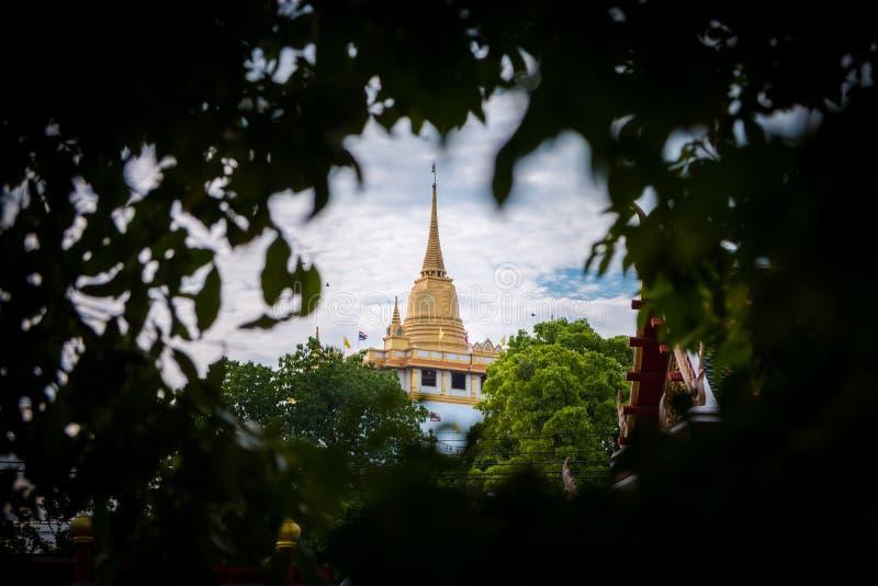 Tempel av det guld- berget eller Wat Saket Loppgränsmärketempel av Bangkok, Thailand royaltyfri fotografi