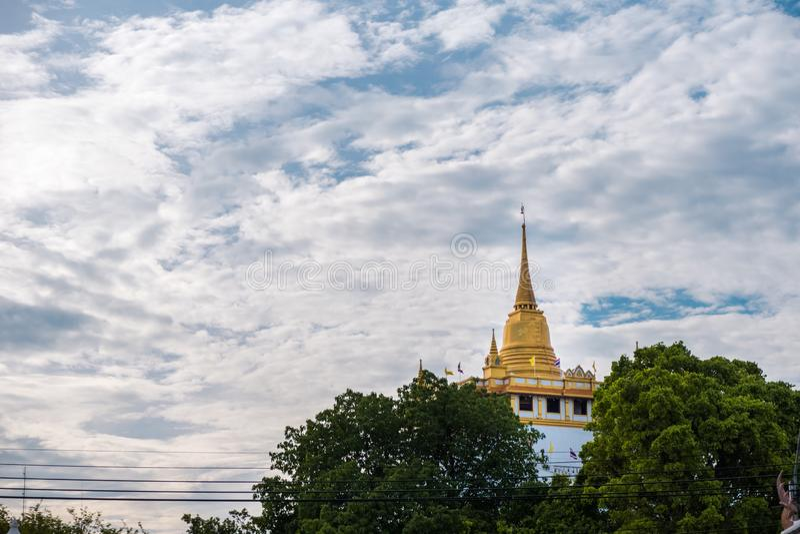 Tempel av det guld- berget eller Wat Saket Loppgränsmärketempel av Bangkok, Thailand arkivfoto