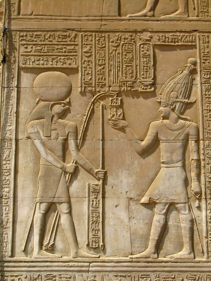 Tempel av Kom Ombo, Egypten: farao och guden Horus arkivfoton