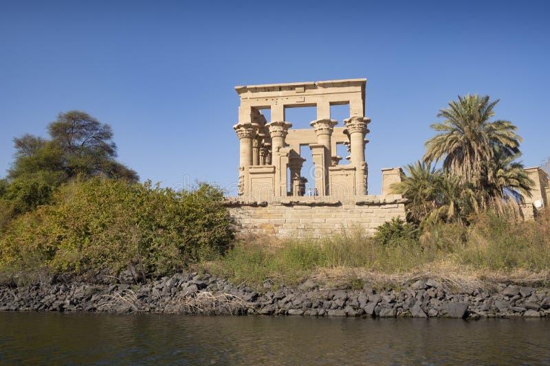 Tempel av Philae nära Aswan längs Nile River Egypten ?r en popul?r loppdestination f?r turister p? semester eller ferie royaltyfri bild