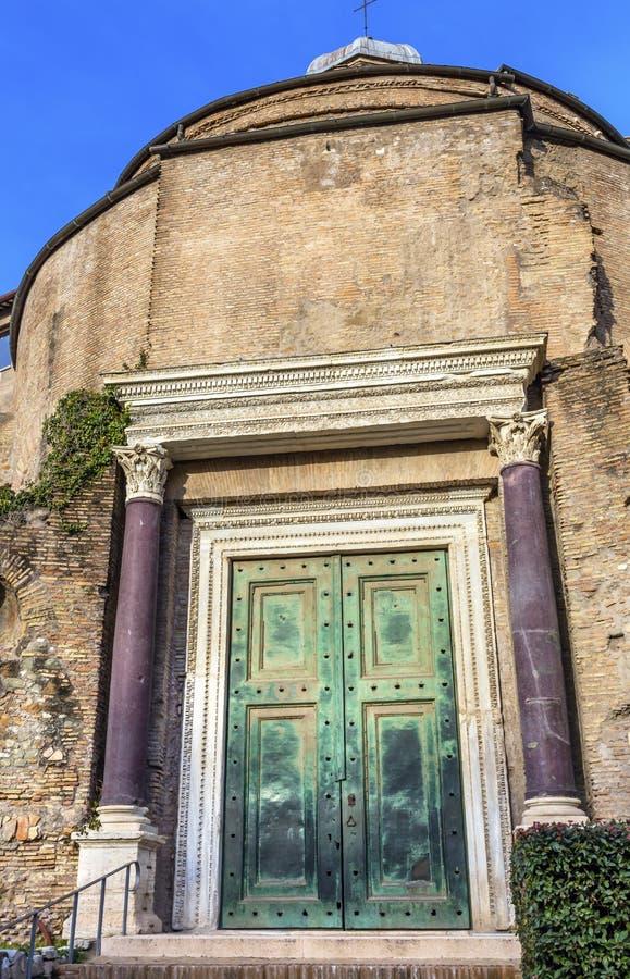 Tempel av Romulus Door Roman Forum Rome Italien royaltyfri bild