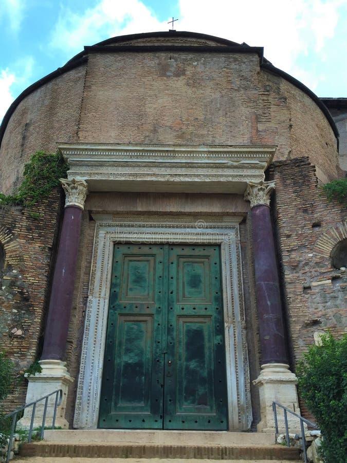 Tempel av Romulus - forum var mitten av dagligt liv i Rome arkivfoto
