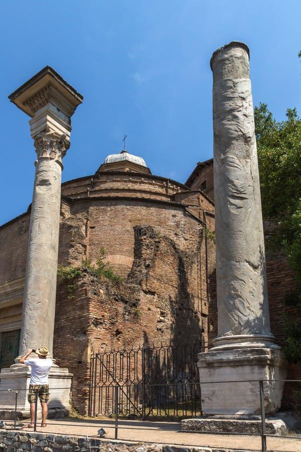 Tempel av Romulus i Roman Forum i stad av Rome, Italien royaltyfria foton